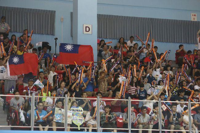 世大運羽球混合團體決賽 為中華隊加油台北世大運羽球項目25日在台北體育館舉行,中華隊選手在混合團體賽決賽力克日本奪取金牌,民眾在場邊奮力吶喊,為中華隊加油打氣。中央社記者吳家昇攝 106年8月25日
