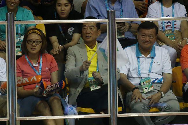 宋楚瑜觀看世大運羽球混合團體決賽台北世大運羽球項目25日在台北體育館舉行,中華隊選手在混合團體決賽力克日本奪取金牌,親民黨主席宋楚瑜(前中)也在場邊觀賽。中央社記者吳家昇攝 106年8月25日