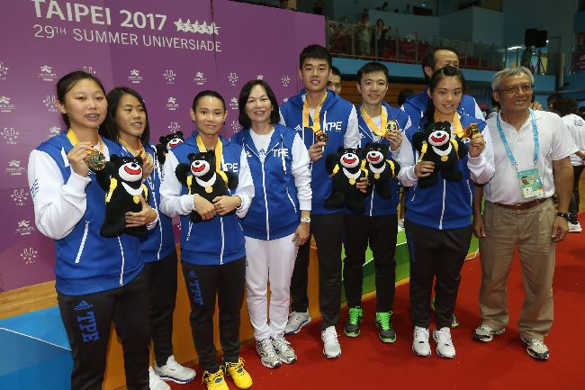 世大運羽球混合團體賽奪金(2)台北世大運羽球項目25日在台北體育館舉行,中華隊選手在混合團體決賽力克日本取下金牌,賽後全隊開心與獎牌合影。中央社記者吳家昇攝 106年8月25日