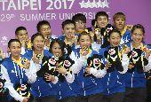 世大運羽球混合團體賽奪金(1)台北世大運羽球項目25日在台北體育館舉行,中華隊選手在混合團體決賽力克日本取下金牌,賽後開心與獎牌合影。中央社記者吳家昇攝 106年8月25日