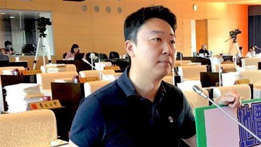 民進黨籍市議員陳世凱,批評三位國民黨籍台中市立委顏寬恒、江啟臣、盧秀燕杯葛前瞻預算,阻擋建設,等於背叛鄉親。