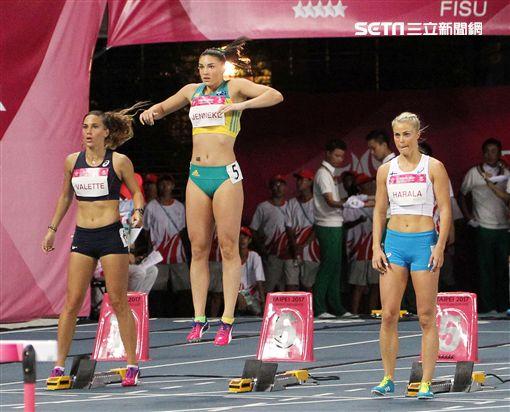 網紅澳洲選手珍妮珂(Michelle)在賽前招牌熱身動作,跳躍扭腰微笑,讓田徑迷留下深刻印象。(記者邱榮吉/攝影)
