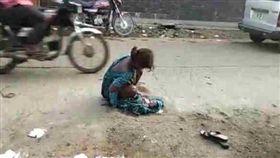 ▲少女被迫在路邊生下寶寶。(圖/翻攝自Prabhat Khabar)