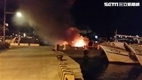 暗夜裡漁人碼頭岸邊的一艘漁船突然竄出火勢。(圖/翻攝畫面)