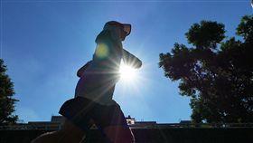 大台北高溫恐又破37度氣象局氣象報告表示,15日在太平洋高壓影響下,各地晴朗炎熱,高溫在攝氏33到35度左右,尤其大台北地區高溫更可能到37度以上,中午前後紫外線指數偏高,長時間在戶外活動請務必做好防曬措施,多補充水分以防中暑。中央社記者孫仲達攝  106年8月15日