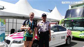 澳洲選手離台前,特別與紅斑馬及國道員警合影留念。(圖/翻攝畫面)