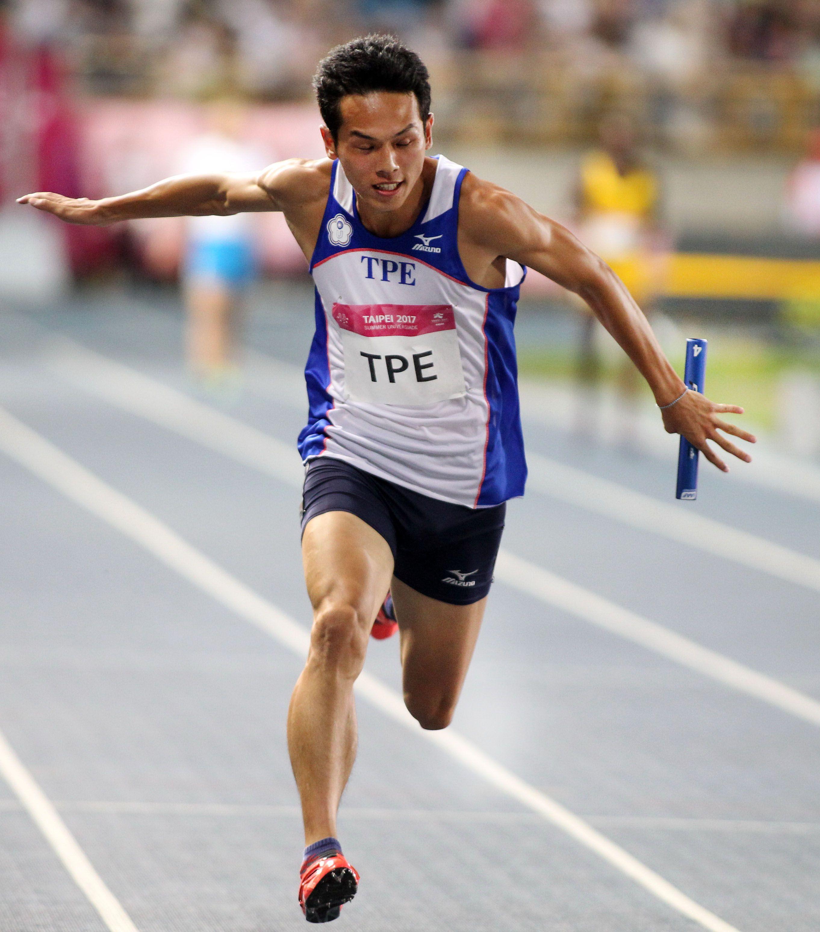 世大運男子400公尺接力 第四棒陳家薰做最後衝刺。(記者邱榮吉/攝影)