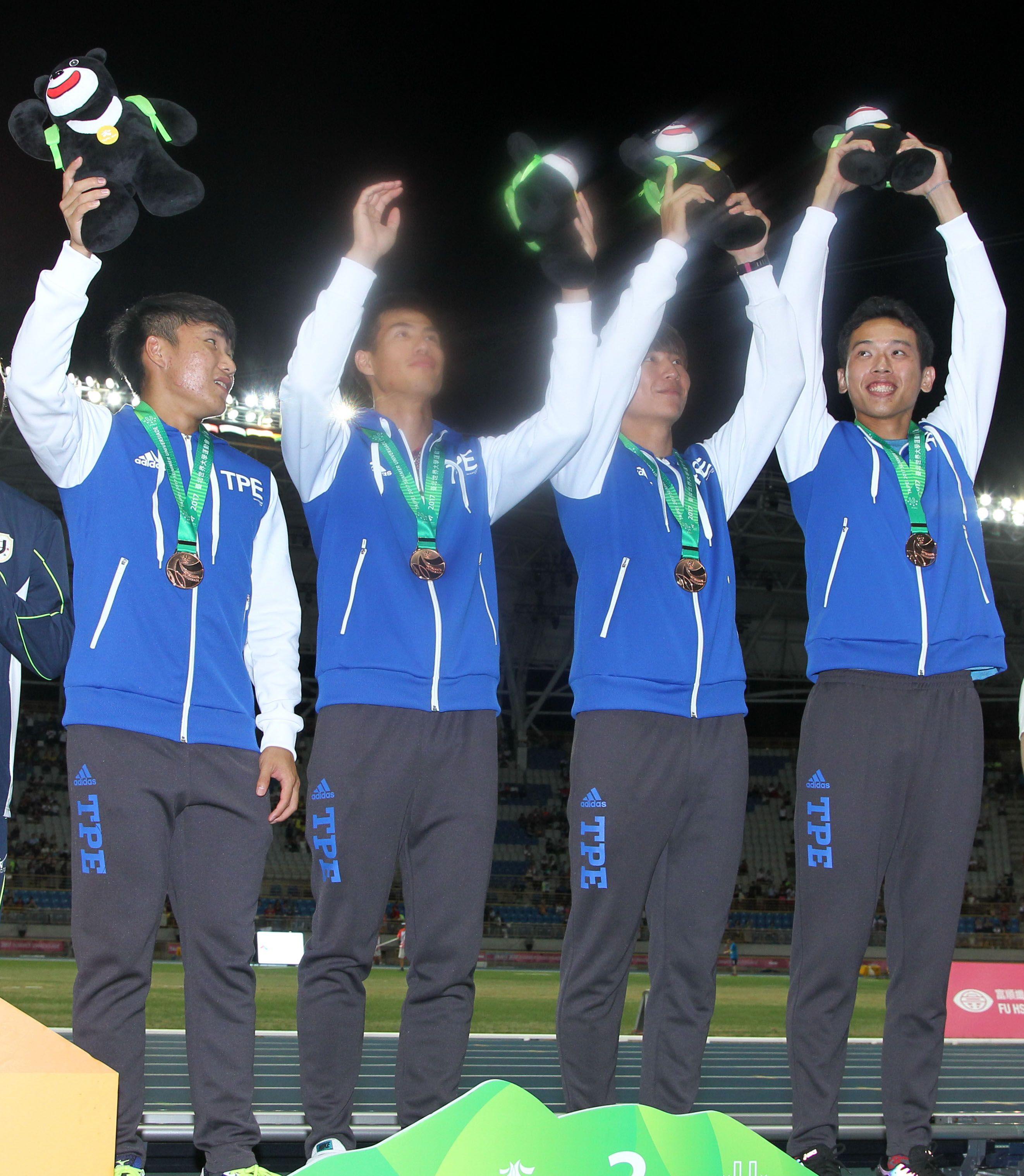 男子四百接力銅牌頒獎(記者邱榮吉/攝影)