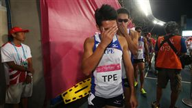 中華世大運田徑1600公尺接力遭取消資格台北世大運田徑項目28日在台北田徑場舉行,中華隊晚間在4x400公尺接力決賽中跑出3分08秒56的成績無緣獎牌。第一棒跑者王偉旭(前)第一時間獲知成績時,難掩失望。中央社記者吳家昇攝 106年8月28日