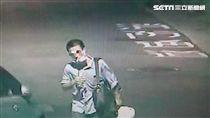 林嫌飛車搶奪婦人包包,犯案過程極度小心,卻因一雙螢光慢跑鞋露餡,警方循線前往逮人時,林嫌正與女友歡度情人節,令他一臉尷尬就逮,訊後依搶奪、毒品及竊盜等罪送辦(翻攝畫面)