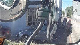 機車騎士為了躲太陽,緊貼大貨車。(翻攝自臉書聯結車 大貨車 大客車 拉拉隊 運輸業 照片影片資訊分享團)