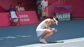 世大運網球女單 李亞軒高溫苦戰奪銀(2)台北世大運網球女單金牌戰29日在烈日高溫下登場,22 歲台灣好手李亞軒(前中),在酷暑中與泰國對手激戰3小時40分鐘,最後以1比2屈居銀牌。圖為李亞軒一度在場中蹲下身休息。中央社記者孫仲達攝 106年8月29日
