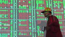 台股站上萬點65天(2)台股自5月23日以來站上萬點後,至今已是第65個交易日停留在萬點之上,根據台灣證券交易所統計,可望追平1990年1月11日至4月6日所創下的史上最長紀錄。圖為22日投資人在盤面觀看盤市。中央社記者董俊志攝 106年8月22日