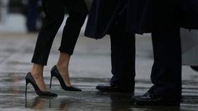 美國第一夫人勘災細高跟鞋惹議。(圖/翻攝nydailynews)