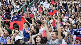 0826世大運女籃中華隊、澳洲,觀眾熱情拿國旗加油 圖/記者林敬旻攝