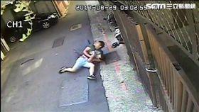 陳男在涼州街兜售毒咖啡包時,遭遇前來支援的李姓警員,他趕緊轉身拔腿狂奔,雙方發生激烈扭打,遭到李員袈裟技壓制在地,訊後依毒品罪送辦。(翻攝畫面)
