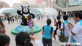閉幕式場外民眾搶和熊讚雕像拍照。(圖/記者王怡翔攝)