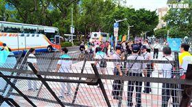 世大運閉幕式發生零星衝突,總計有13個民間團體到場抗議,警方逮捕高舉國旗鬧場的藍天行動聯盟的楊思聖及繆德生,送往內湖分局保護管束。(楊忠翰攝)