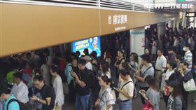 通勤族崩潰!文湖線停駛15分鐘 百位乘客改搭下班車 圖/民眾劉彥池提供