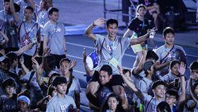 世大運閉幕典禮,中華隊選手楊俊瀚及國旗入場 圖/記者林敬旻攝