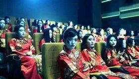 大批民眾穿著紅衣古裝、化慘白妝進電影院看紅衣小女孩。(圖/翻攝臉書爆料公社)