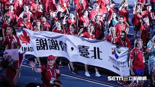 世大運閉幕典禮,加拿大選手及國旗入場 圖/記者林敬旻攝