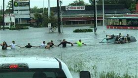 颶風洪災差點GG 美民眾牽手組人鍊救援老翁(圖/翻攝自ABC13 Houston臉書)