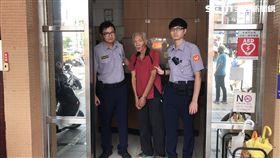 張男從樹林搭計程車回萬華卻不付錢,他與司機鬧上派出所,卻被警方發現昨天才被通緝,張男隨即遭警方上銬逮捕(楊忠翰攝)