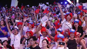 台北世大運閉幕 群眾嗨2017台北世界大學運動會30日在台北田徑場舉行閉幕典禮,許多運動員進場時頭戴國旗假髮進場,現場觀眾也有不少人戴著相同假髮,氣氛超嗨。中央社記者張新偉攝 106年8月30日