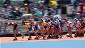 16:9 世大運首度將滑輪溜冰列入比賽項目台北世大運21日在迎風河濱公園溜冰場進行滑輪溜冰賽事,10000公尺計分淘汰賽是結合計分與淘汰的比賽,此項賽事由淘汰最後一名選手及在特定圈數給予前兩名選手積分的賽制組成。且由比完全程並得到最高分者獲勝,今年世大運是首度將滑輪溜冰列入比賽項目。中央社記者徐肇昌攝 106年8月21日