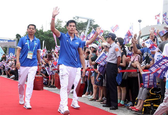 世大運台灣選手表現可圈可點,遊行活動沿途受到民眾熱烈歡呼。(記者邱榮吉/攝影)