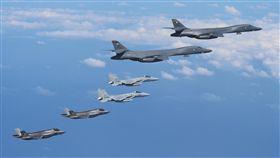 16:9 日美戰機轟炸機共同訓練 強化施壓北韓日本航空自衛隊宣布,2架日本航空自衛隊F-15戰機、2 架美國空軍的B-1B轟炸機及4架美國陸戰隊的F-35B匿蹤戰機,在日本九州附近空域進行共同訓練。(取自日本航空自衛隊官網)中央社記者黃名璽東京傳真 106年8月31日