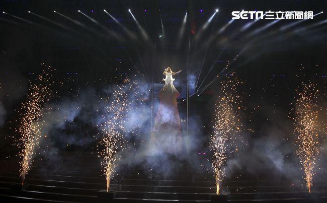 世大運閉幕典禮精彩表演,神明熄聖火。(記者邱榮吉/攝影)