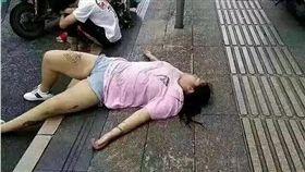 大陸女子躺在路邊睡覺,疑似想被撿屍。(圖/翻攝柳川播報)