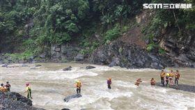 5名高中同學相約至烏來溪邊烤肉,卻遭遇溪水突然暴漲,5人受困沙洲無法動彈,警消獲報前往救援,以接力方式順利救出5人(翻攝畫面)