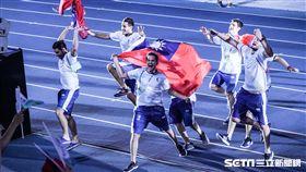 世大運閉幕典禮,阿根廷選手持中華民國國旗歡呼繞場 圖/記者林敬旻攝