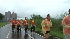 獨/澆不熄熱情!千人路跑飄雨 頭髮全濕照參賽