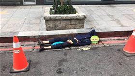 西裝男夜店狂歡後醉倒路邊 暖男拿「三角錐」提醒用路人 圖/翻攝自爆料公社臉書