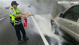 國道員警從車內拿出滅火器協助滅火。(圖/翻攝畫面)