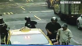 2人頭戴安全帽搭計程車格外醒目。(圖/翻攝畫面)