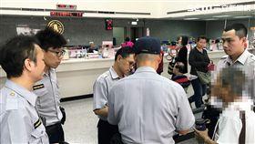 王翁解除4家外匯定存,並在台灣銀行提領10萬元時,引起保七警員關心提問,他原本聲稱是購物訂金,警方卻發現王翁連金融卡都不在身上,進而確認王翁是遇上詐騙集團(翻攝畫面)