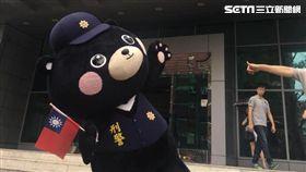 刑事局的刑事Bear與熊讚同為台灣黑熊,日前在台灣英雄大遊行 時兩熊握手失敗,刑事Bear事後喊話:「快來當我同事!」(翻攝畫面)