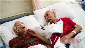 87歲爺爺為老婆唱情歌。(圖/翻攝自秒拍)