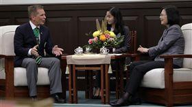 蔡英文總統接見「世界退伍軍人聯合會」柏格頓總會長。(總統府提供)