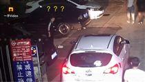 陸女用包包佔車位,結果包包被偷。(圖/翻攝自梨視頻)