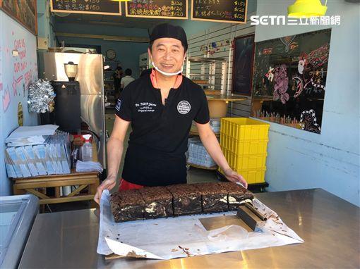 影帝湯志偉在士林夜市賣古早味蛋糕。(記者郭奕均攝影)