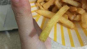 民眾吃麥當勞疑似吃到綠薯條。(圖/翻攝PTT)