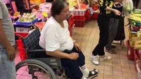 ▲洪金寶遭目擊坐輪椅上菜市場。(圖/翻攝新浪娛樂)