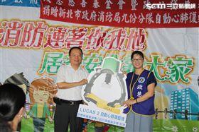 政慧基金會執行長曾瓊瑤代表捐贈並由消防局主任秘書陳國忠代表受贈。(圖/翻攝畫面)