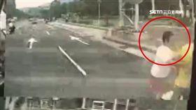 晨運老夫婦遭公車撞 妻捨身救夫身亡